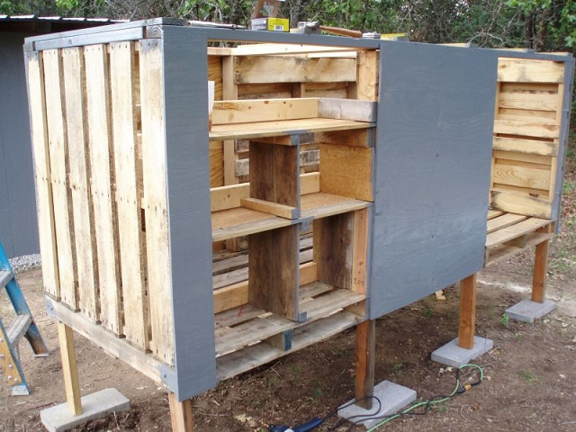 Making a chicken coop out of old pallets eco snippets for Pallet chicken coup